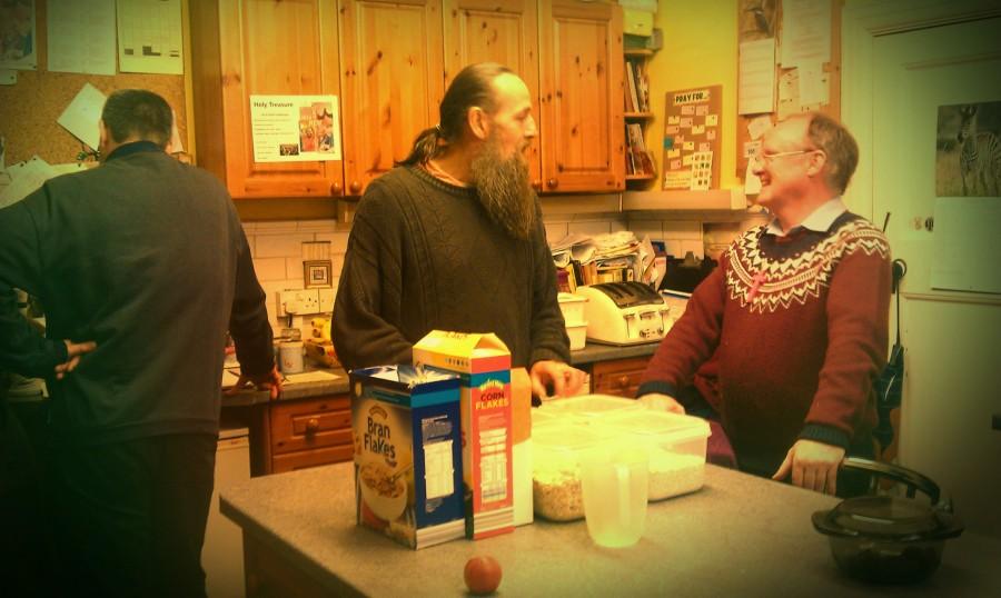 Huw, Patrick och Mike i köket. Patrick och Mike bad för mig när jag blev andedöpt här för fyra år sedan