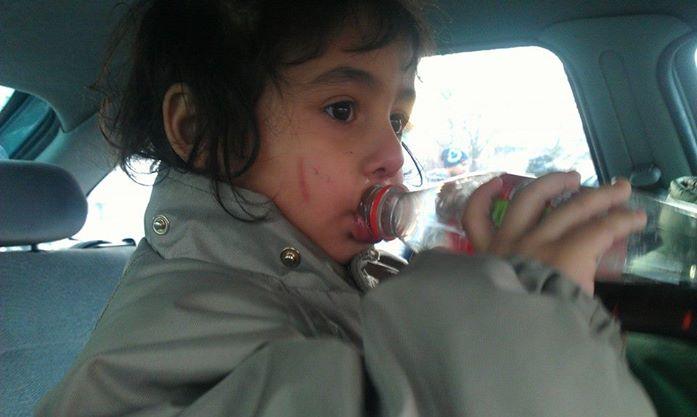 flicka i bilen
