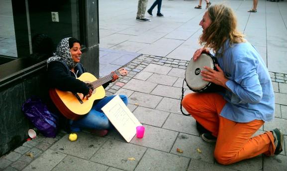 Min kompis Mathias Risberg sjunger lovsång med en kvinna från Rumänien