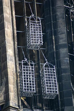 Burar längs med S:t Lamberti kyrka som katolikerna hängde upp Münsterrebellerna i efter att de torterats